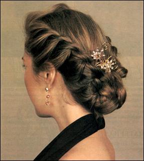 Для более нарядной прически заверните косу наверх чуть ниже затылка.  Закрепите шпильками не плотно...